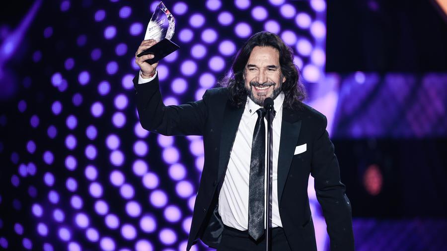 Marco Antonio Solís recibe su premio en Premios Billboard 2016