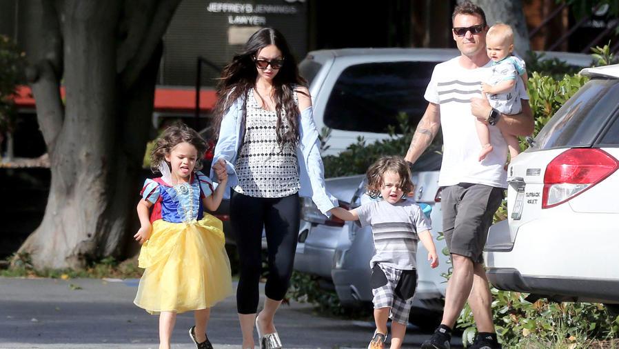 Megan Fox con su familia de paseo