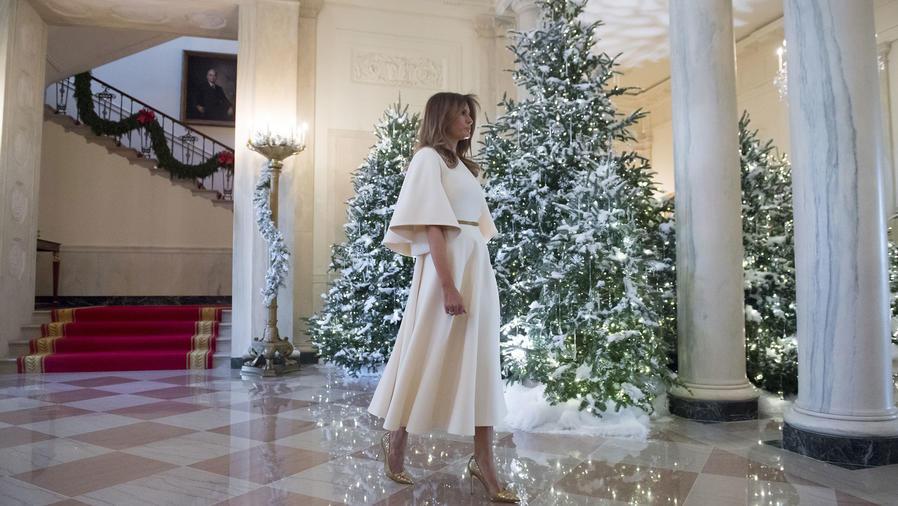 Melania Trump con vestido blanco