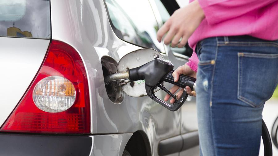 mujer cargando gasolina