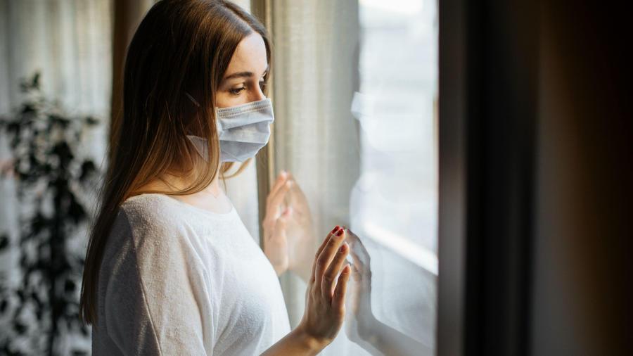 Mujer joven en cuarentena durante la pandemia