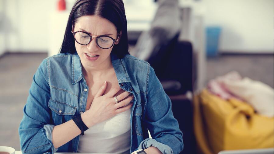 Mujer joven con dolor de pecho