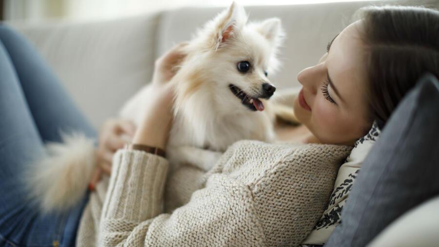 Mujer recostada con su perro
