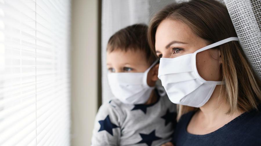 Mujer y niño usando mascarilla facial