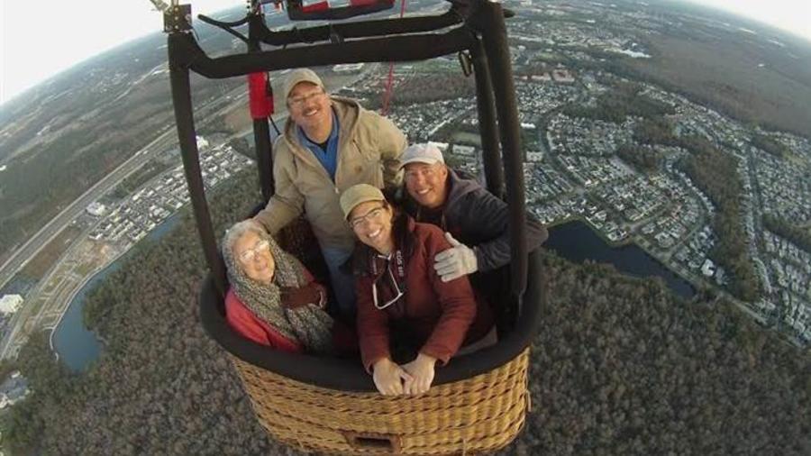 Norma con su familia en un globo aerostático