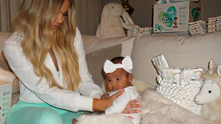 Todo lo que Khloé Kardashian lleva en su pañalera