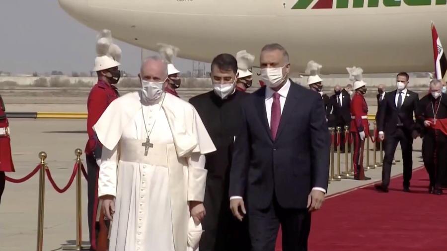 El papa Francisco, tras aterrizar este viernes en Bagdad, la capital de Irak.