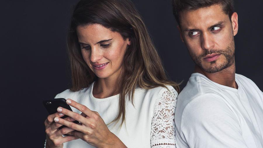Pareja mirando el celular