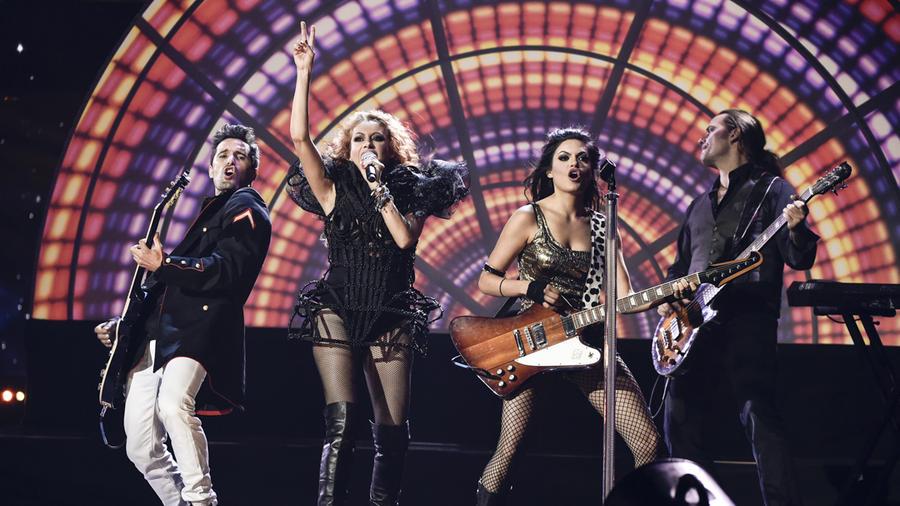 """Paulina Rubio sings """"Si tú te vas"""" at the Latin AMAs 2015"""