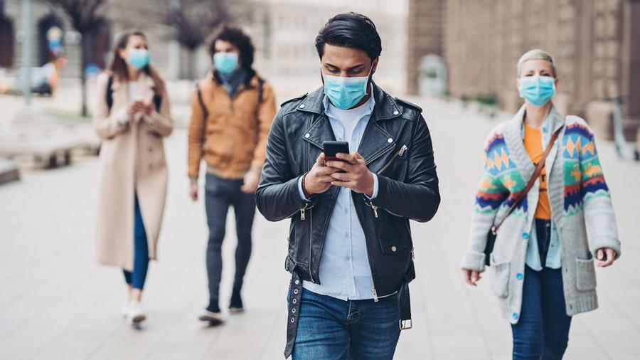 Personas caminando en la calle durante la pandemia