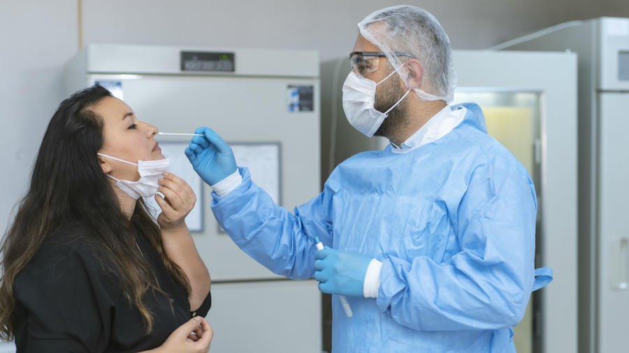 Doctor realizando prueba de COVID-19