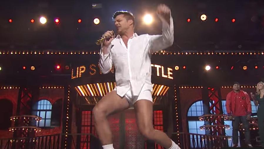 Ricky Martin cantando en ropa interior