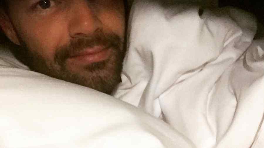 Ricky Martin acostado en la cama en Bogotá, Colombia