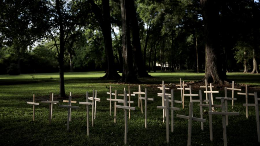 Cruces representando las vidas perdidas en la pandemia, a las puertas de una iglesia en Baton Rouge (Lousiana).