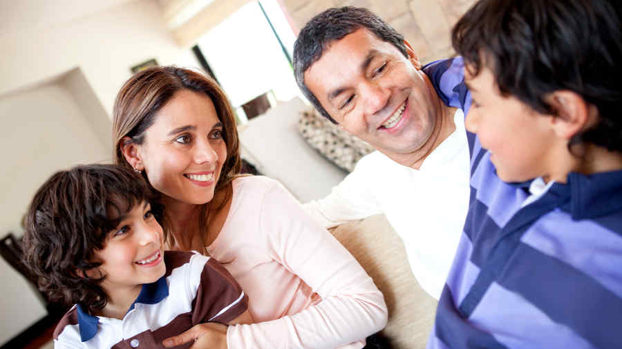 Familia latina hablando