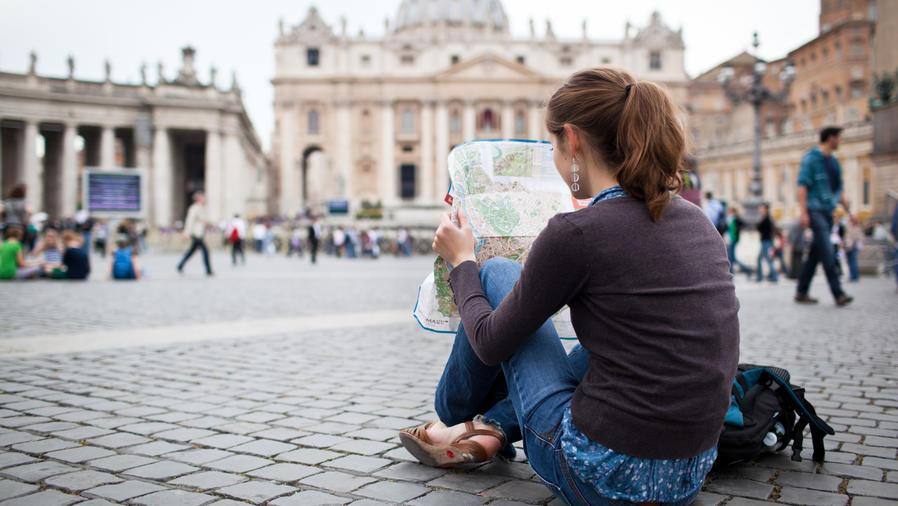 Mujer leyendo mapa en el suelo