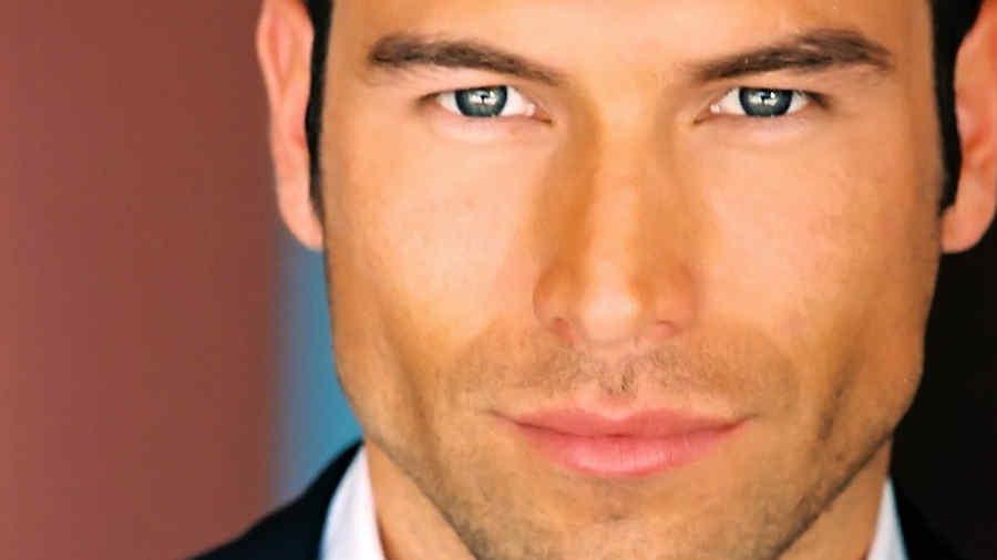 Rafael Amaya en primer plano barba crecida