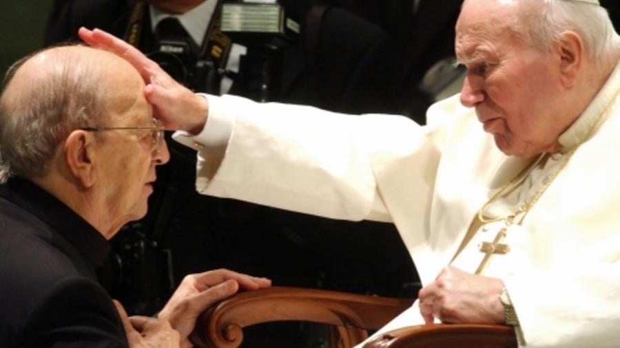 Juan Pablo II (derecha) bendice a Marcial Maciel en El Vaticano el 30 de noviembre de 2004.