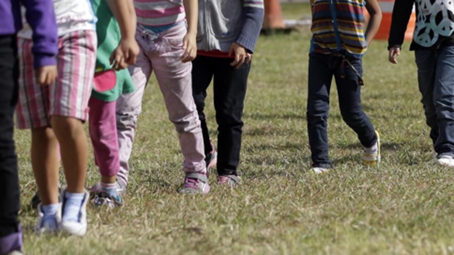 niños inmigrantes caminando