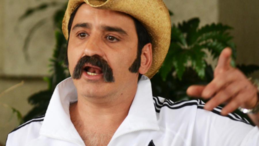 Robinson Díaz con sombrero y bigote interpreta a El Cabo