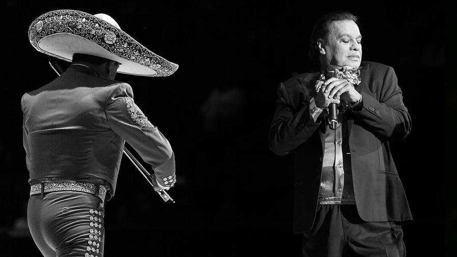 Juan Gabriel con mariachi