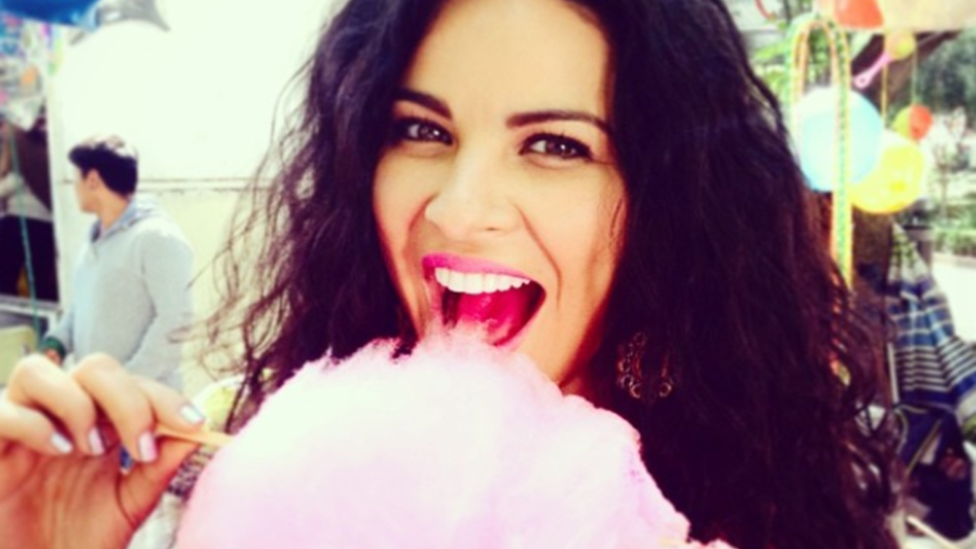 Litzy Domínguez comiendo algodón de azúcar