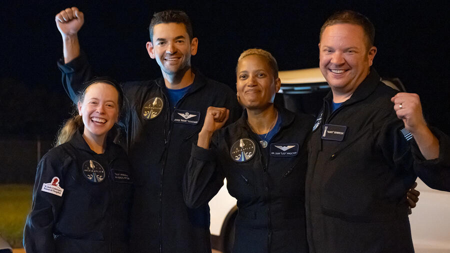 Cuatro turistas espaciales a bordo de la cápsula SpaceX.