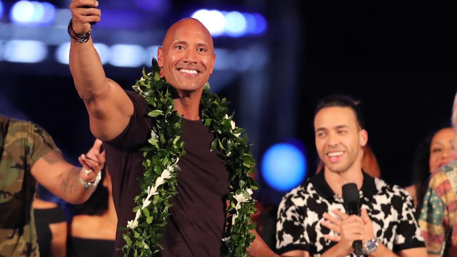 "Dwayne 'The Rock' Johnson y Prince Royce en el evento ""Spike's Rock the Troops""."