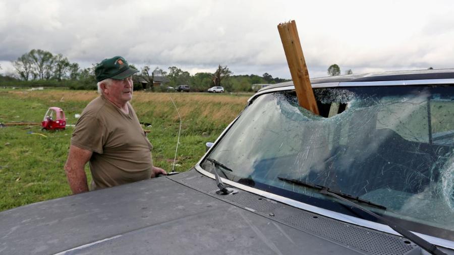Un hombre en Hamilton, Mississippi, tras el paso de la tormenta este domingo.