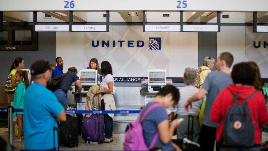 ¡United Airlines cobrará por llevar equipaje de mano!