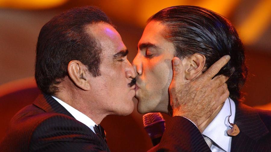 Vicente Fernández besando a su hijo Alejandro Fernández en la boca