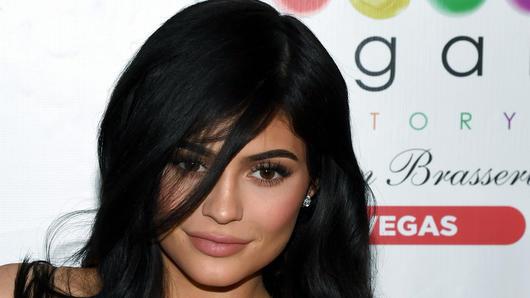 Transparentefoto Baño En Posa De Traje Jenner Un Sexy Kylie 5uJcF31KTl