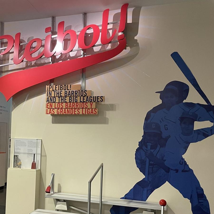 """La exhibición """"¡Pleibol! In the Barrios and the Big Leagues / En los barrios y las grandes ligas"""" es bilingüe y estará en el Museo Smithsonian de Historia Estadounidense hasta el verano de 2022."""