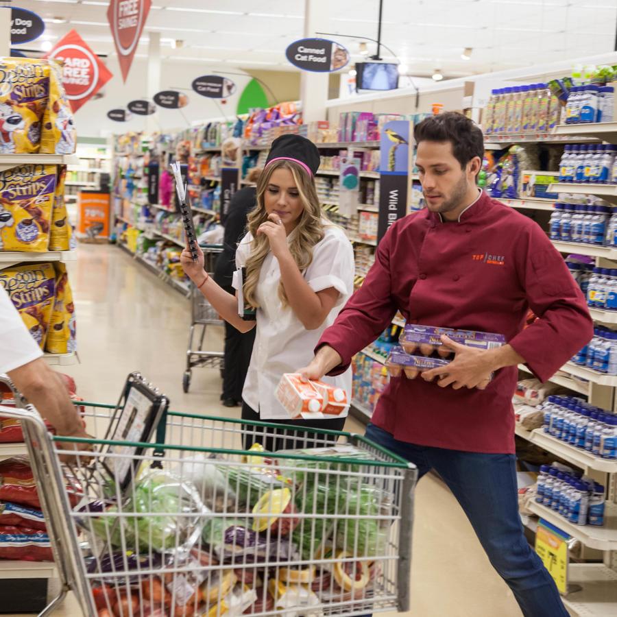 Gabriel Coronel, Kimberly Dos Ramos y Don Pedro Rivera en el supermercado en Top Chef Estrellas