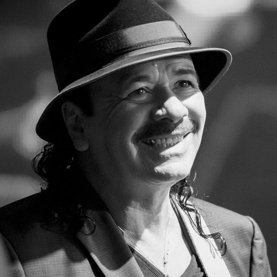 Carlos Santana sonriendo en los premios Billboard 2015