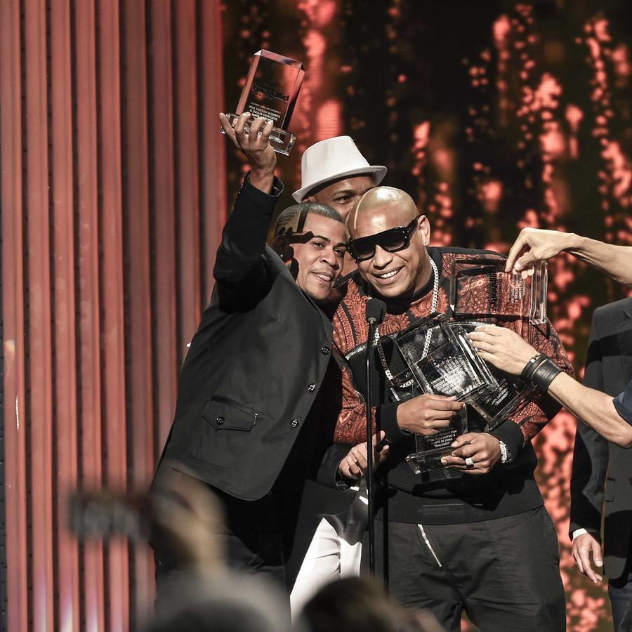 Gente de Zona y Enrique Iglesias reciben Premios Billboard 2015