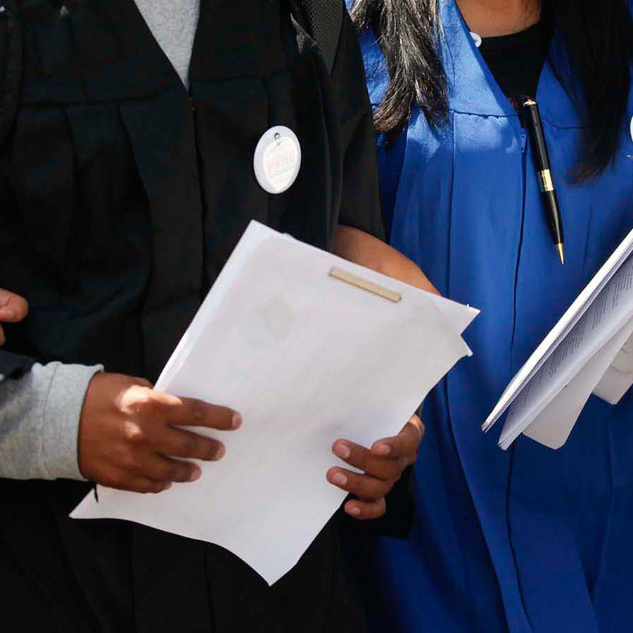 Foto de archivo: Jóvenes dreamers con documentos en la mano