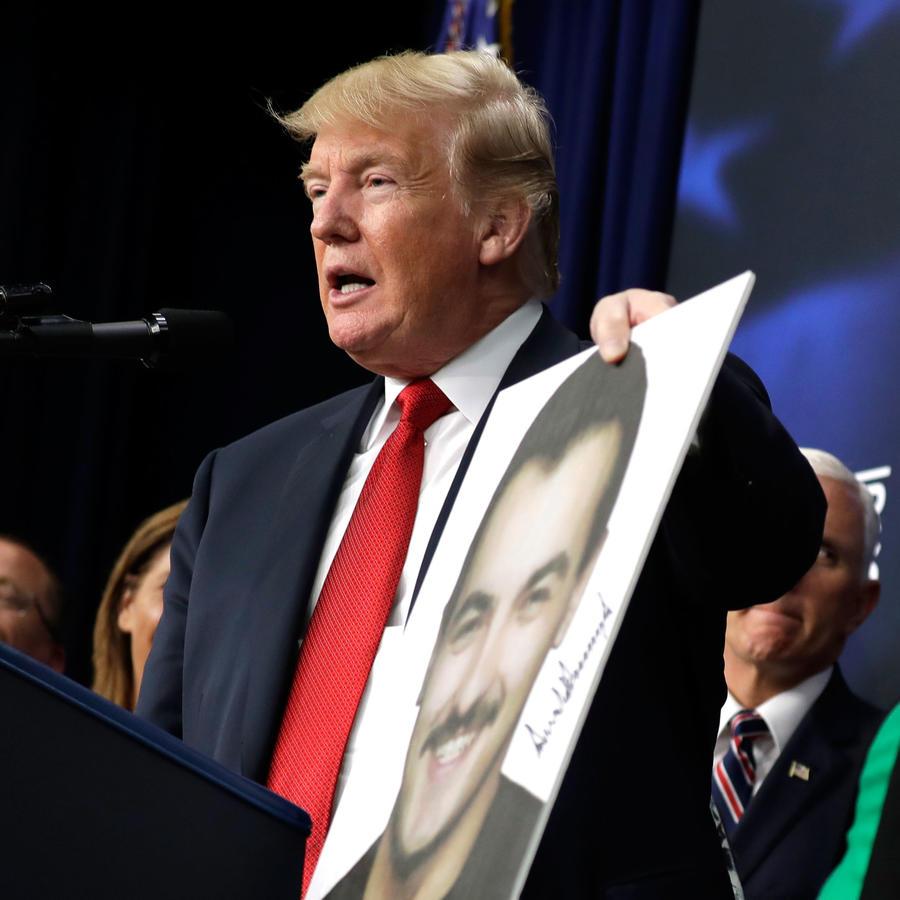 El presidente de EEUU, Donald Trump, con un familiar de un víctima de indocumentados