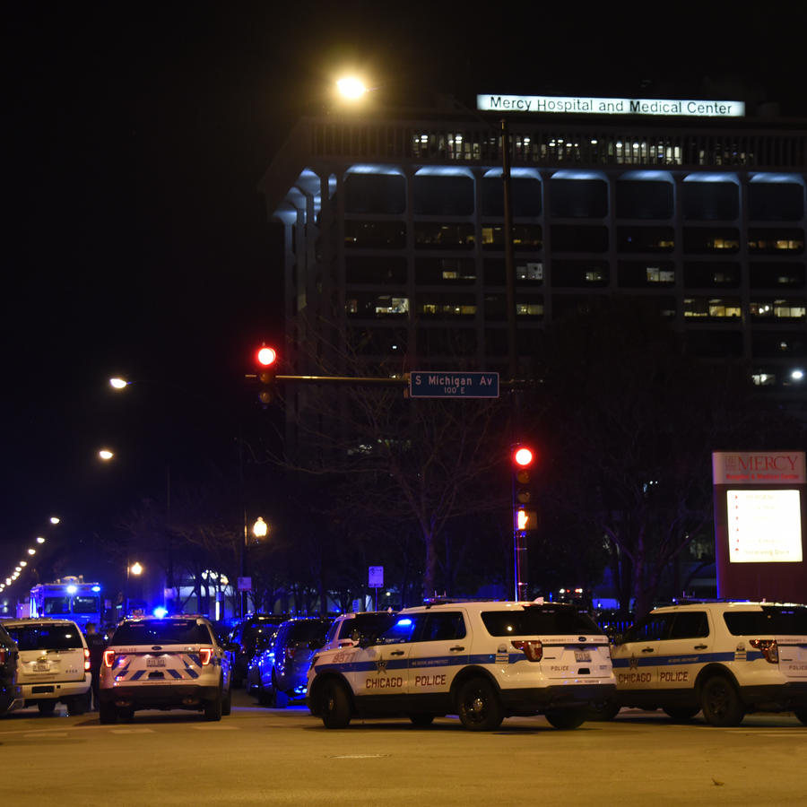 Varias patrullas de la policía permanen estacionadas en las afueras del Mercy Hospital, donde este lunes un sujeto abrió fuego.