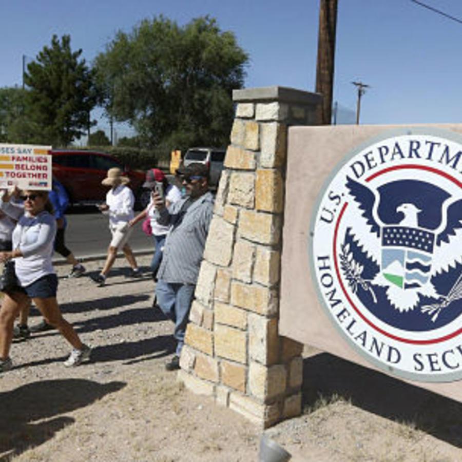 Un grupo de personas protesta en las afueras del Centro de Procesamiento de El Paso, en El Paso, Texas.
