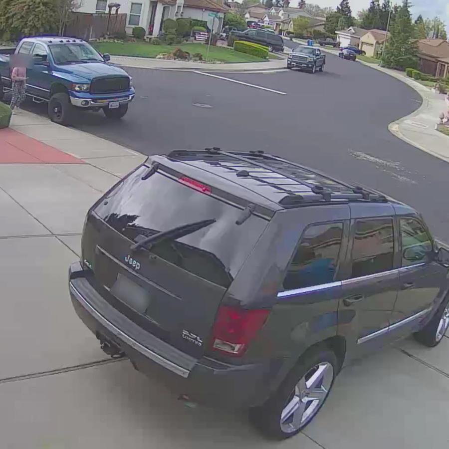Copia de pantalla de video de la Policía de Vacaville, California, de cómo una adolescente escapó a una situación potencialmente peligrosa