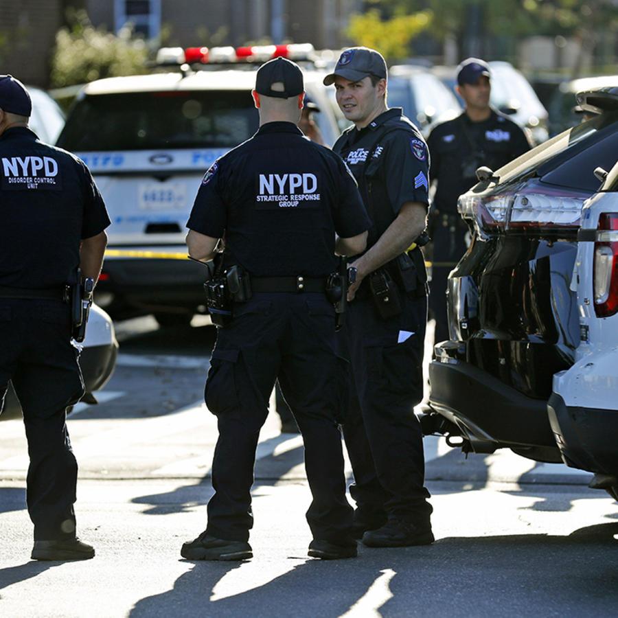 Varios oficiales de la policía de Nueva York en el Bronx tras el asesinato de uno de sus compañeros.