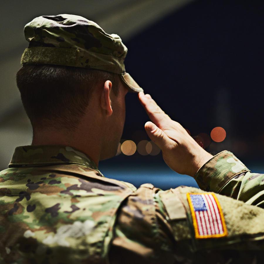 Un soldado estadounidense se lleva la mano a la frente como muestra de respeto.