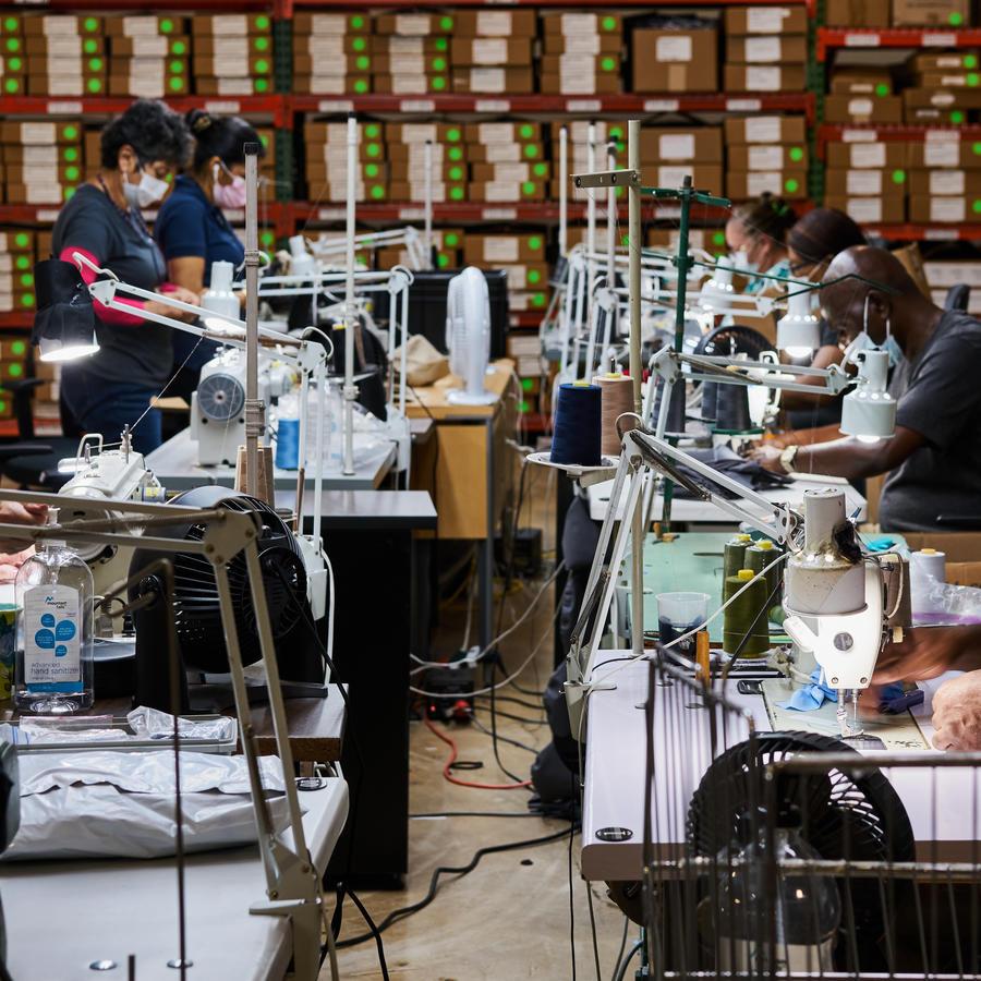 ICO es una empresa de uniformes en el sur de Florida que por estos días solo fabrica mascarillas. La demanda ha sido tan alta que tienen una lista d eespera.