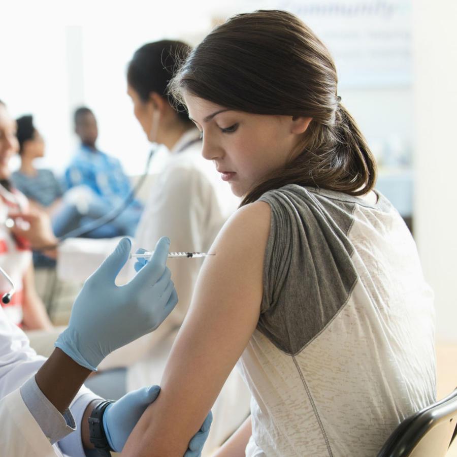 Adolescente recibiendo vacuna