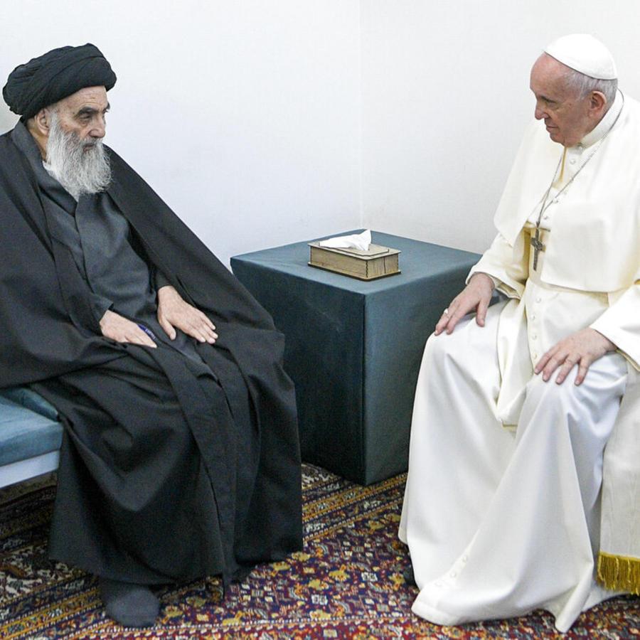 Un momento del encuentro de este sábado en Irak entre el gran ayatolá chií Ali al_Sistani y el papa Francisco.