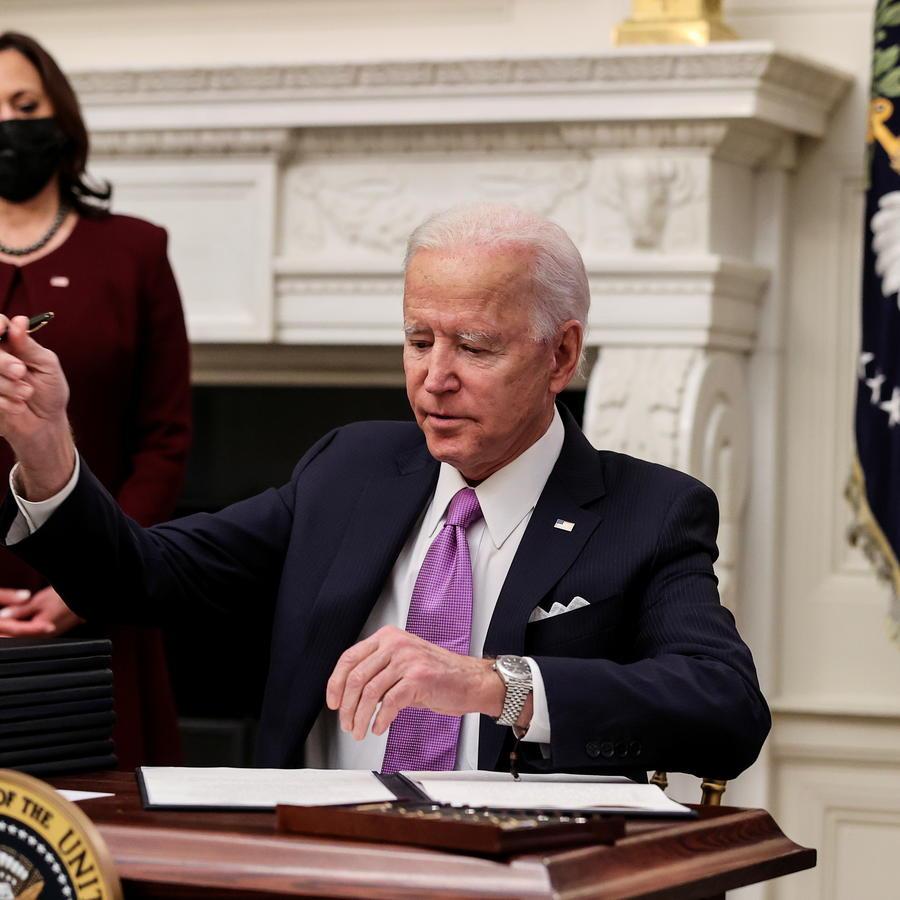 El presidente, Joe Biden, firma una orden ejecutiva.