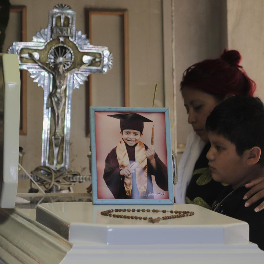 Marisol Tapia, madre de Brandon Giovanni, se despide de él.