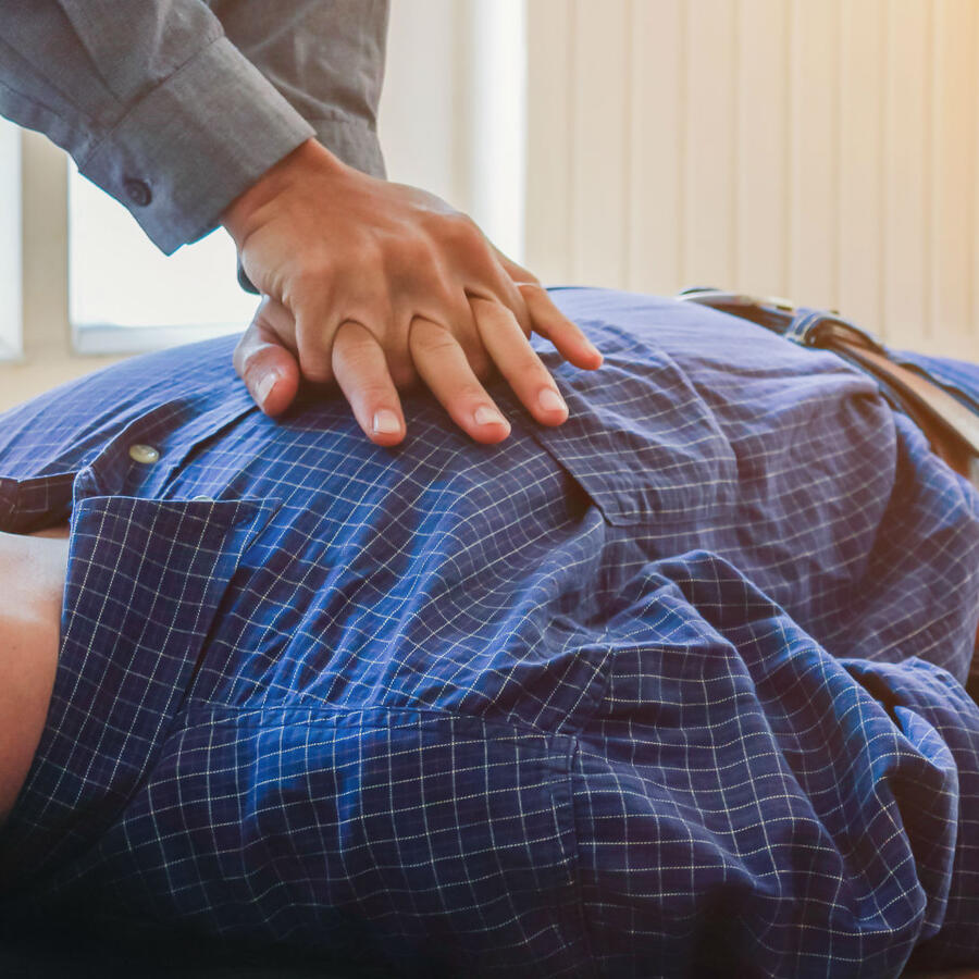 Hombre dando CPR
