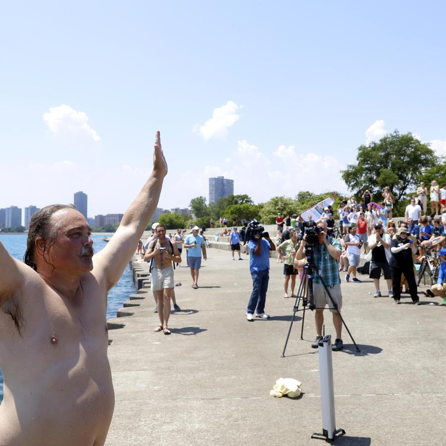 Dan O'Conor después de dar su salto número 365 en el lago Michigan